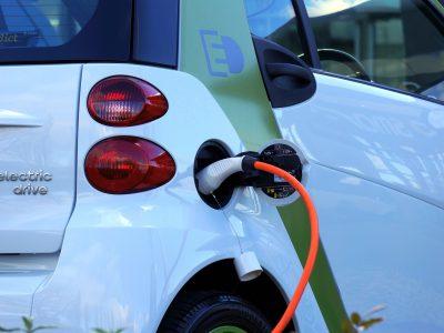 Energia solar e carros elétricos: como funcionam juntos?